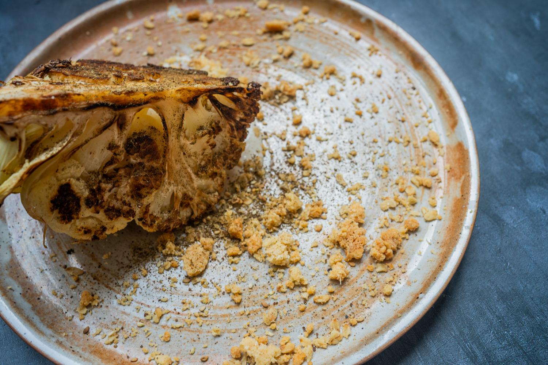 Chou-fleur rôti, crumble de parmesan et tahini
