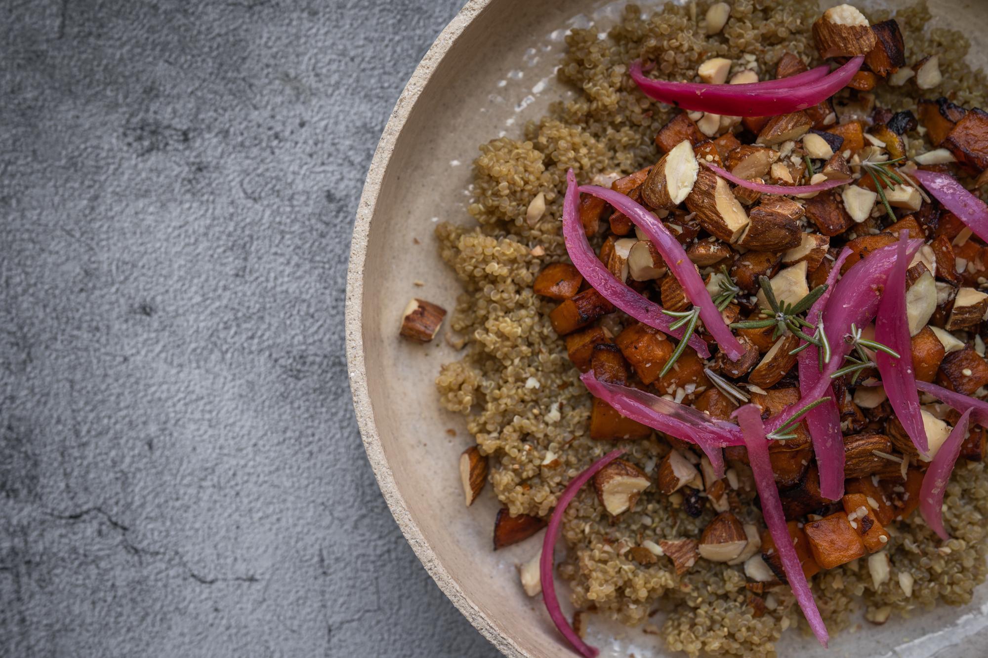 Quinoa, patates douces, oignons rouges et amandes