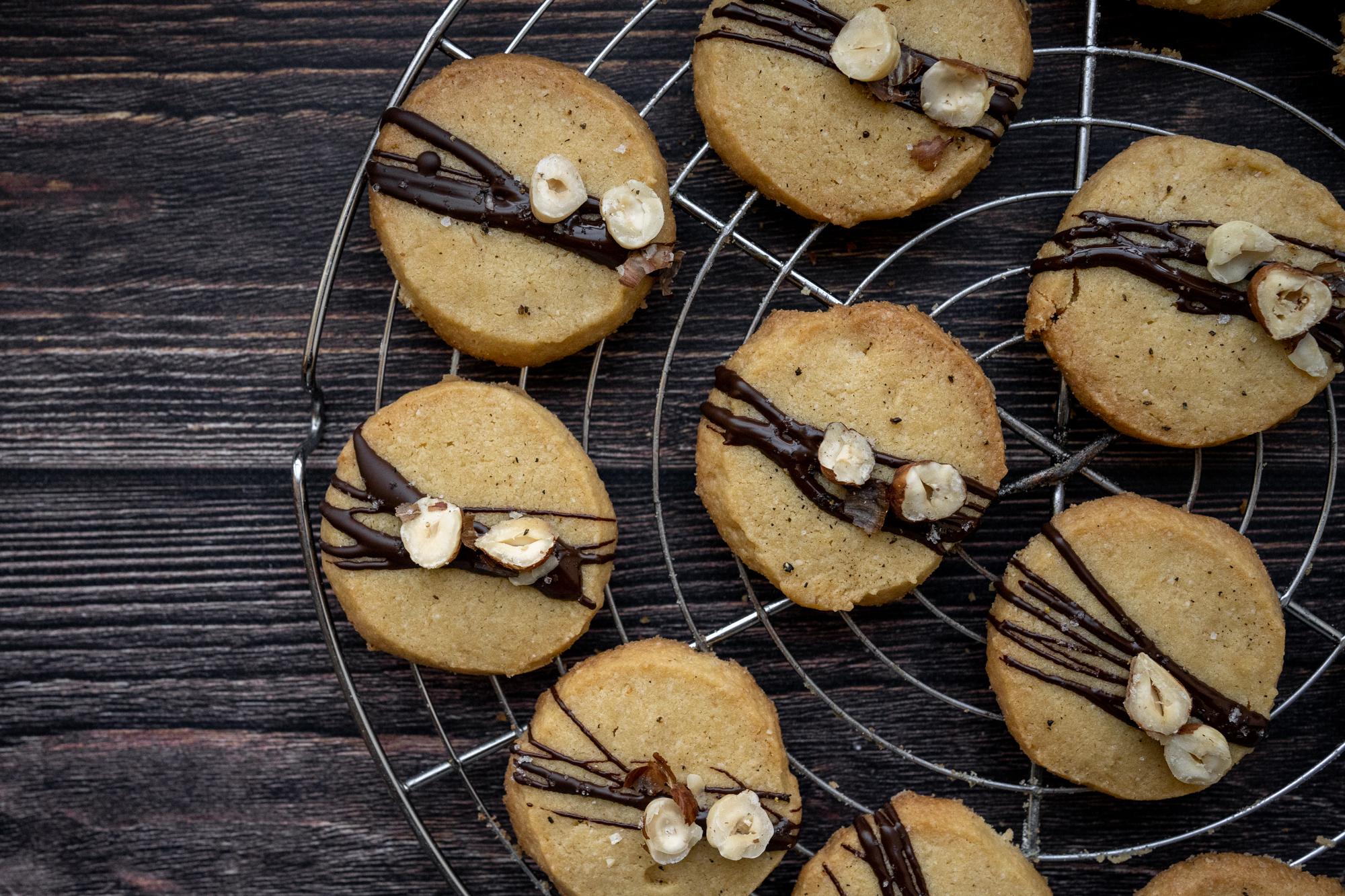 Biscuits au beurre, chocolat noir, sel et poivre