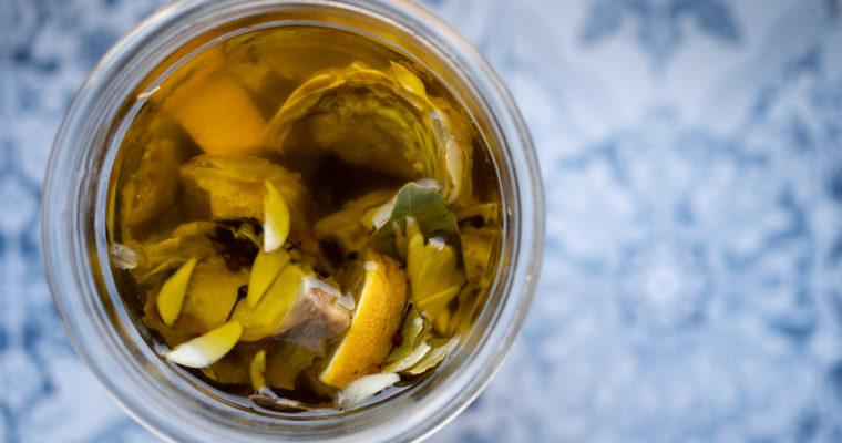 Artichauts marinés à l'ail, au citron et au poivre