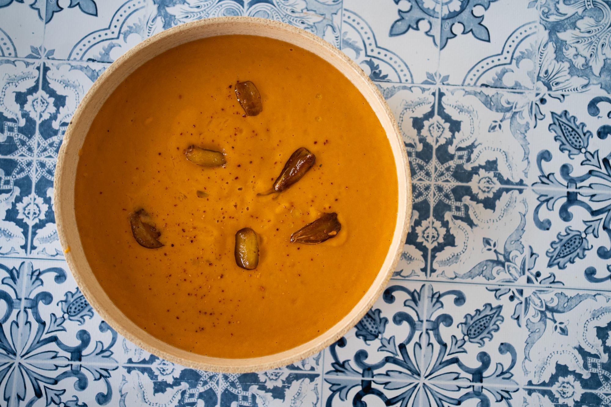 Soupe de poivrons rôtis, amandes et ail confit